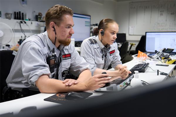 Järjestyksenvalvojat seuraavat tietokoneiden näyttöjä Triplan turvavalvomossa.