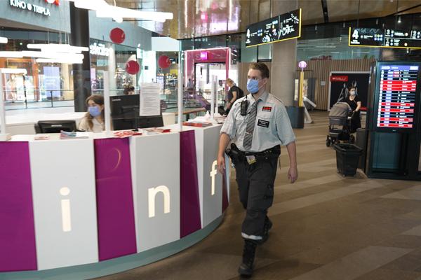 Järjestyksenvalvoja kävelee Triplan käytävällä mukanaan Virve-puhelin.