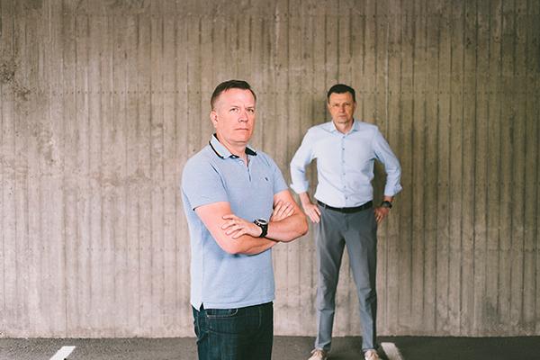 Jani Nyström ja Ilkka Lähteenoja seisovat taustallaan betoniseinä.