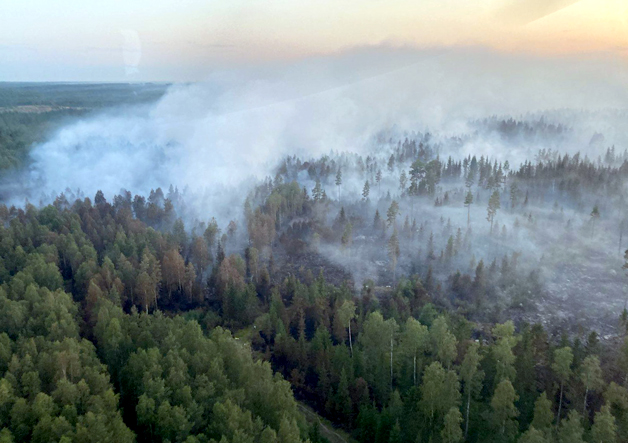 Kalajoella vuonna 2021 olleen laajan maastopalon savua helikopterista kuvattuna,