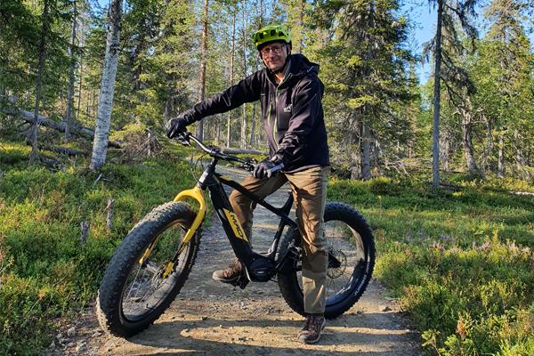 Kari Kovanen pyöräilemässä metsäpolulla..