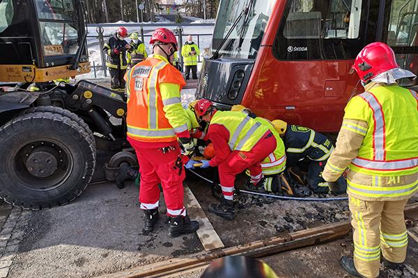 Pelastajat onnettomuussimulaatiossa, jossa raitiovaunu ja ratatyökone olivat törmänneet.