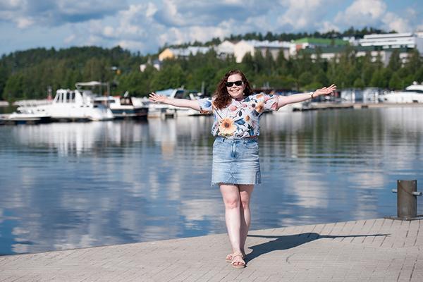 Reetta Siltasalmi-Kautto seisoo laiturilla kesäisessä venesatamassa.