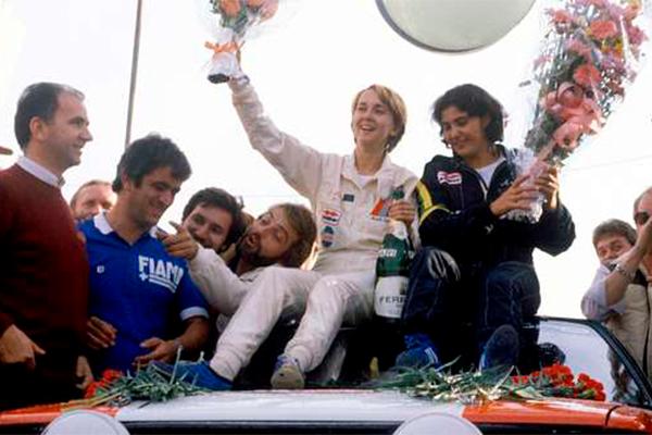 Michéle Mouton istuu ralliauton katolla juhlimassa voittoa vuonna 1981